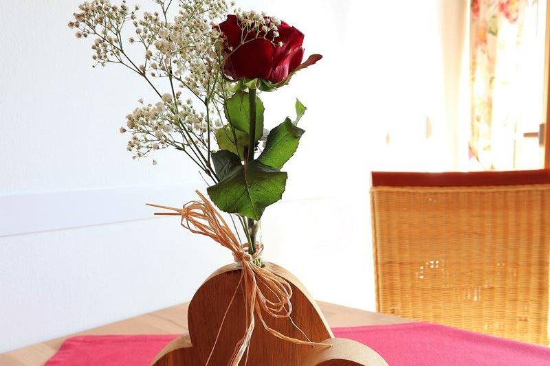 Rosendeko auf dem Esstisch