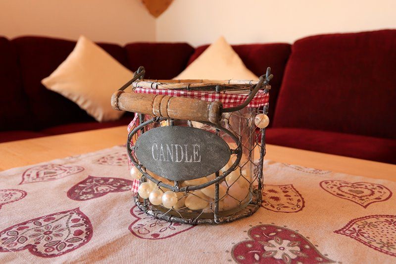 Kerzendeko auf dem Couchtisch