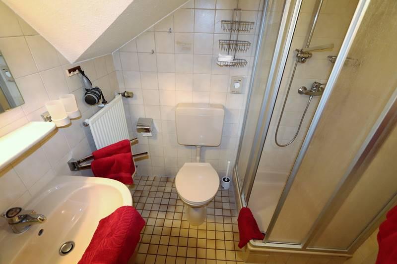 Bad mit Dusche und WC Pension Schneider