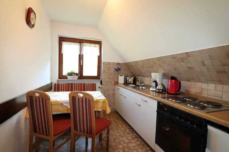 Küche mit Esstisch Ferienwohnung Bachstelze Pension Schneider