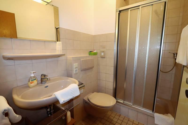 Bad mit Dusche und WC in der Ferienwohnung Rotkehlchen