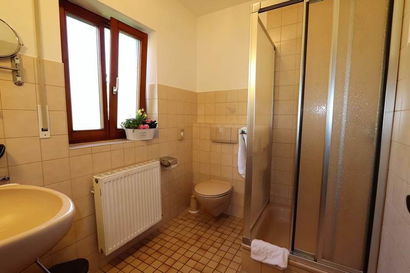 Bad mit Dusche und WC in der Ferienwohnung Rotkehlchen Pension Schneider