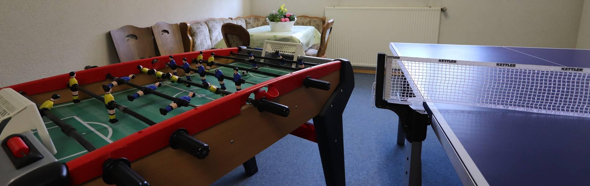 Freizeitraum mit Tischkicker und Tischtennisplatte Pension Schneider