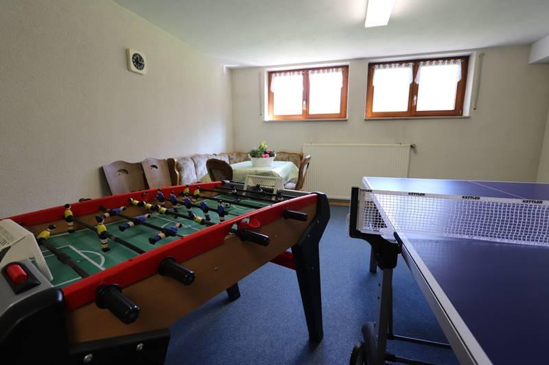 Freizeitraum mit Tischkicker und Tischtennisplatte