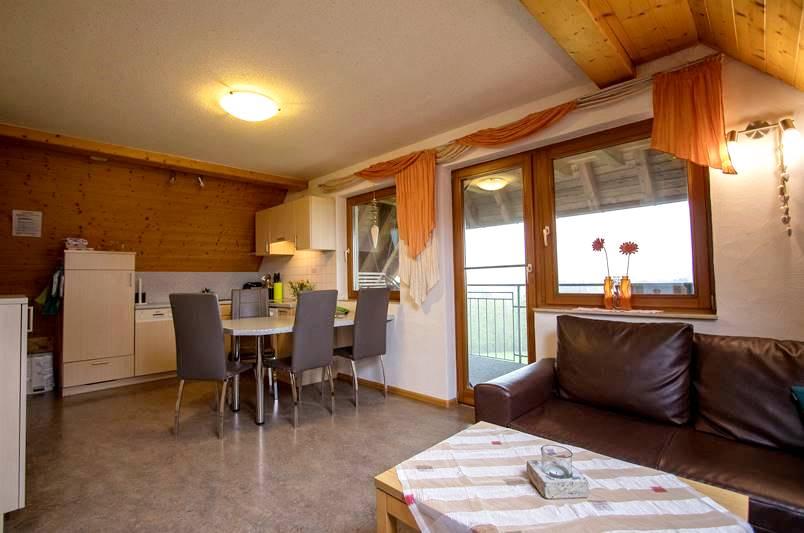 Küche mit Wohnecke in der Ferienwohnung Feldberg