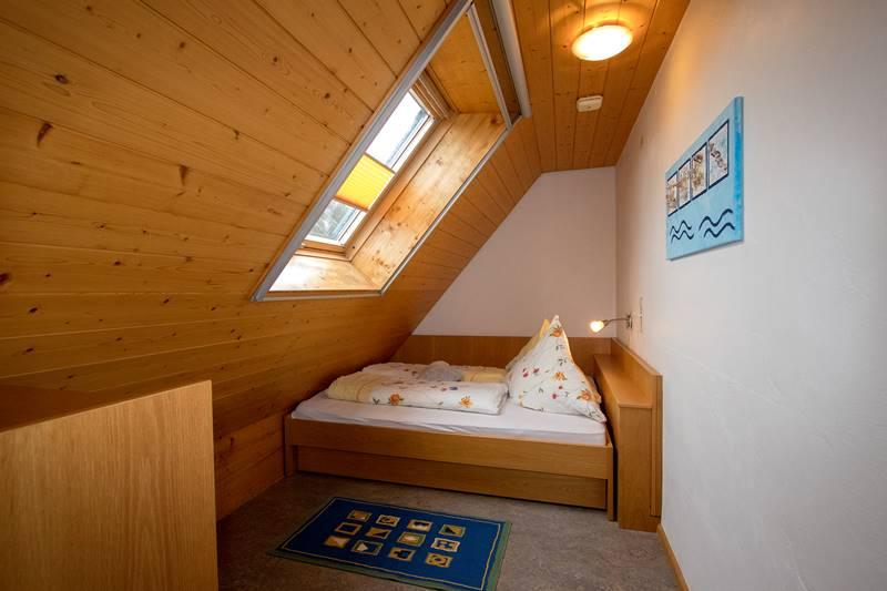 Kleines Kinderzimmer unterm Dach in der Ferienwohnung Feldberg