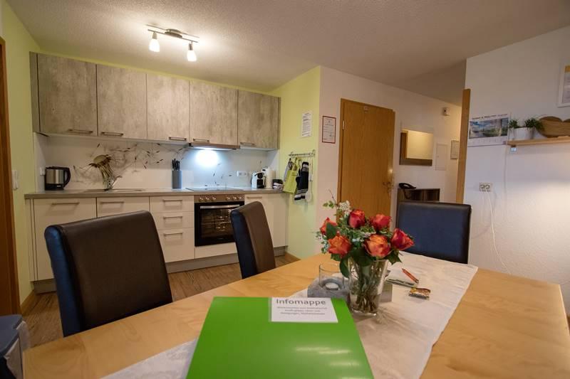 Esstisch in der Küche der Ferienwohnung Kandelblick