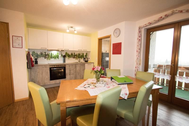 Küchenzeile und Esstisch in der Ferienwohnung Schauinsland