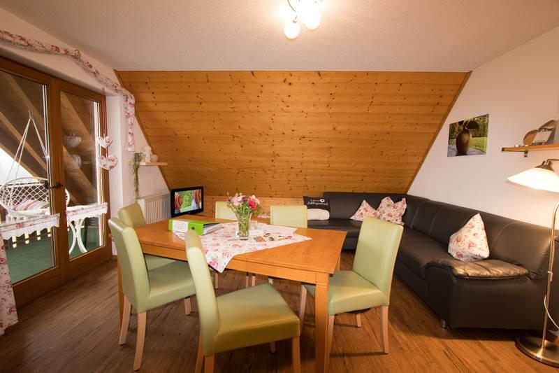 Wohnecke mit großer Couchecke und Esstisch in der Ferienwohnung Schauinsland